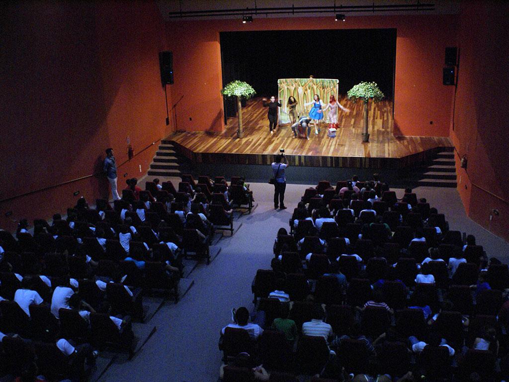 Teatro Dorian Sampaio recebe espetáculos de dança e teatro