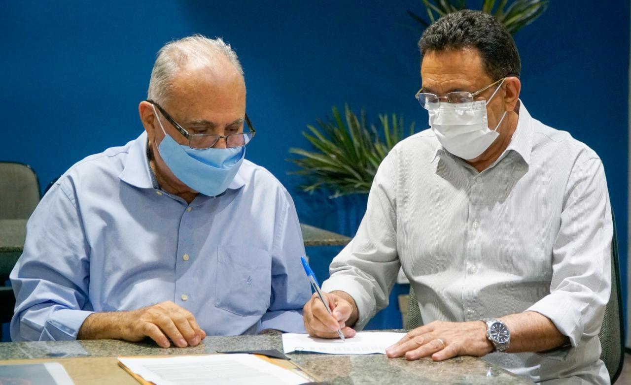 Read more about the article Roberto Pessoa transmite interinamente gestão para vice-prefeito Neton Lacerda